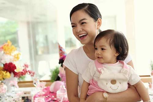 Phạm Quỳnh Anh rạng rỡ mừng sinh nhật con gái 1