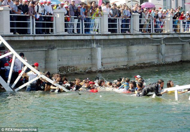 Choáng với cảnh chen chúc dẫn đến sập cầu ở Trung Quốc 3