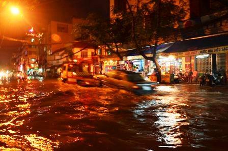 TPHCM bị ngập khủng khiếp sau trận mưa và triều cường 18