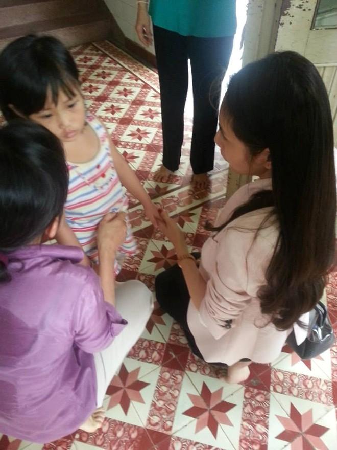 Thủy Tiên cùng fan tới thăm em bé bị bố bạo hành 6