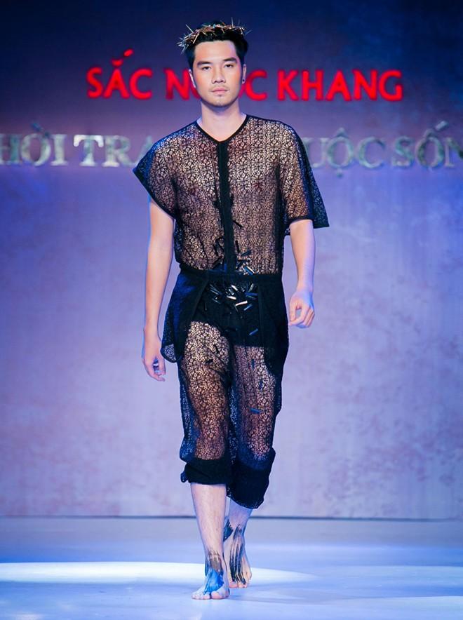 Phát hoảng với mẫu nam mặc váy ren xuyên thấu lộ nội y phản cảm 4