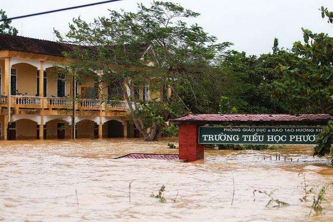 Nước lũ chạm mái nhà, dân Hà Tĩnh đói rét 14