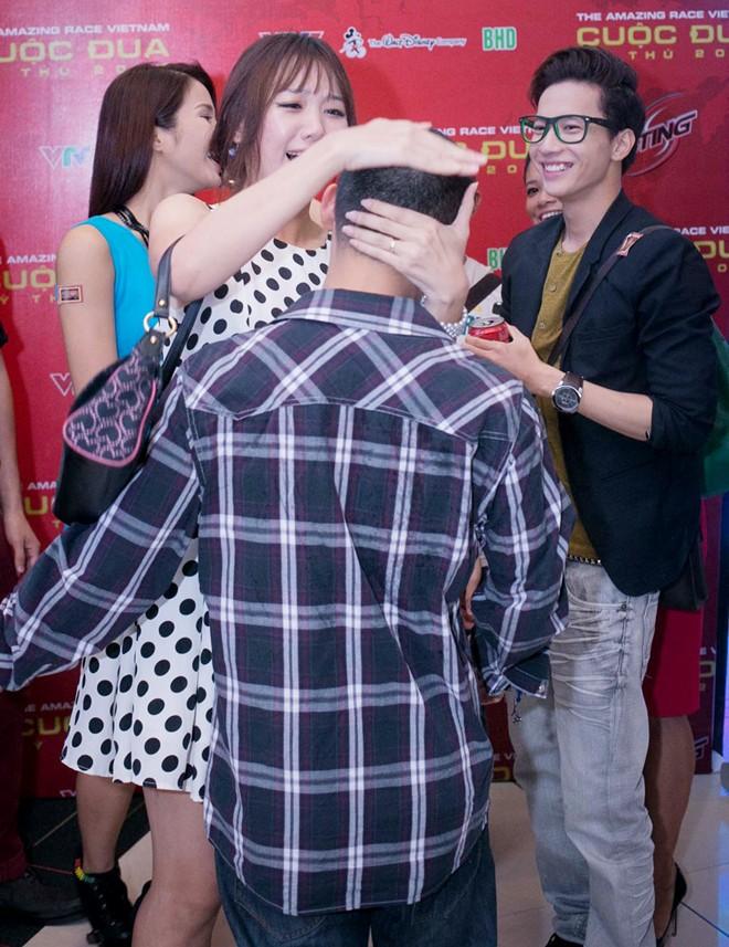 Tiến Đạt bị bạn gái Hàn 'vặn cổ' vì mải ngắm chân dài 2