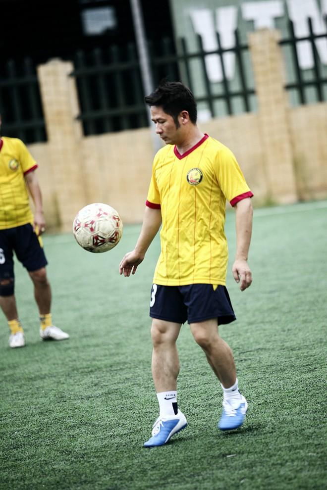 Vừa về đến Việt Nam, Bằng Kiều đã đối đầu Tuấn Hưng trên sân bóng 7