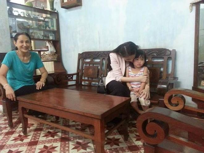 Thủy Tiên cùng fan tới thăm em bé bị bố bạo hành 2