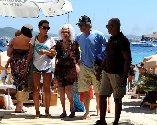 Nữ công tước U90 diện bikini sánh bước bên chồng trẻ đi tắm biển 7