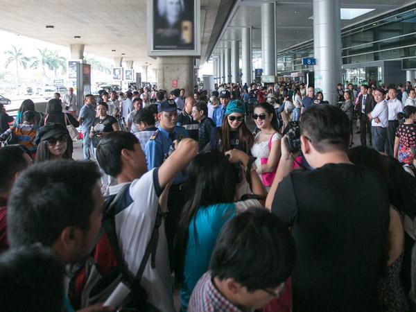 Lâm Chi Khanh đón Hoa hậu chuyển giới Thái Lan ở sân bay Tân Sơn Nhất 6
