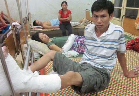 Bố gãy chân bế con bất tỉnh đi cấp cứu 2