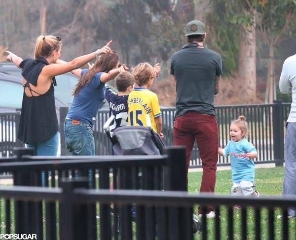 """Công chúa nhà Beckham diện """"quần đùi, áo phông"""" đá bóng như bố 7"""