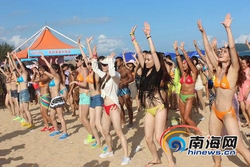 Ngắm rừng người đẹp nhảy múa bên bãi biển 1
