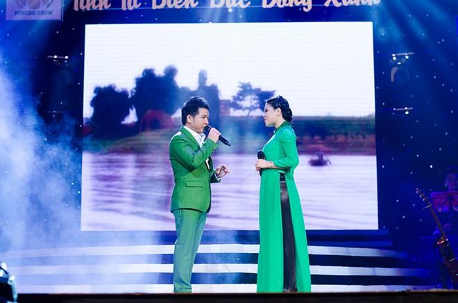 Bà xã ân cần chăm sóc Trọng Tấn ở hậu trường sân khấu 6