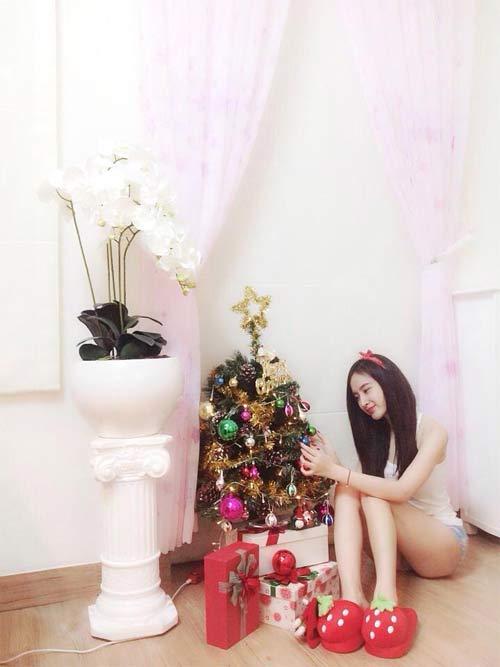 Angela Phương Trinh nhí nhảnh bên cây thông Noel 1