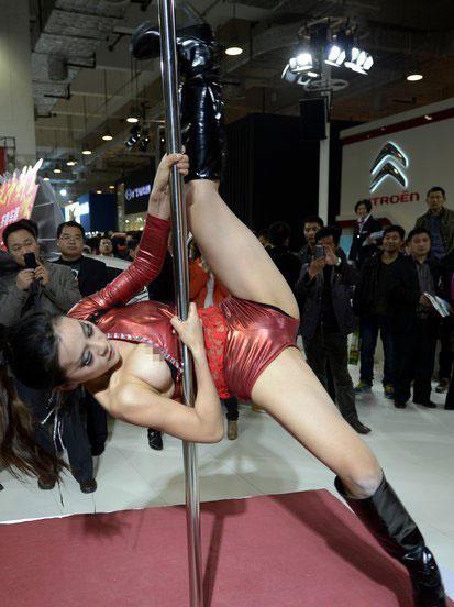 Mải múa cột, người mẫu ôtô lộ ngực 6