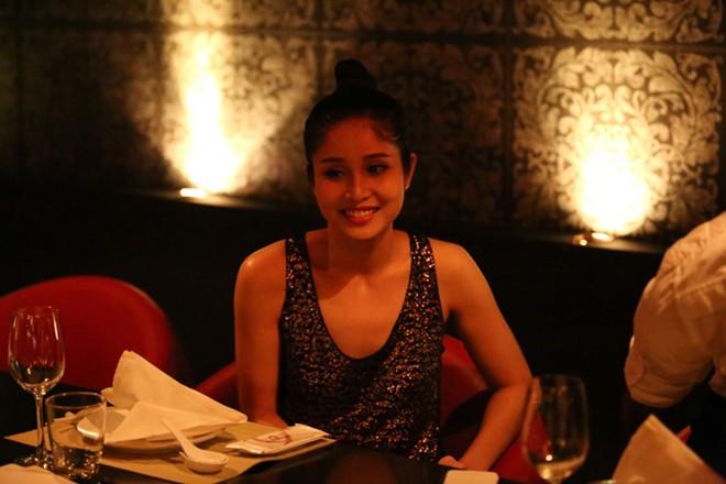 Phan Thanh Bình đưa vợ đẹp, con xinh đi chơi khuya 13
