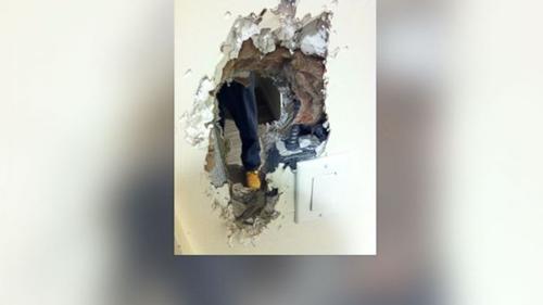 Đục thủng tường nhà vệ sinh sau 8 giờ bị mắc kẹt 2