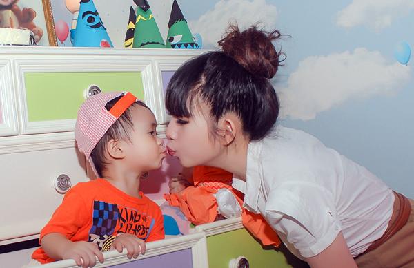 Con trai Lý Hải đòi hôn bạn gái cùng lớp trong sinh nhật 2 tuổi 10