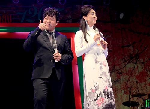 Quang Lê tặng fan nữ một nụ hôn ngọt ngào trên sân khấu 10