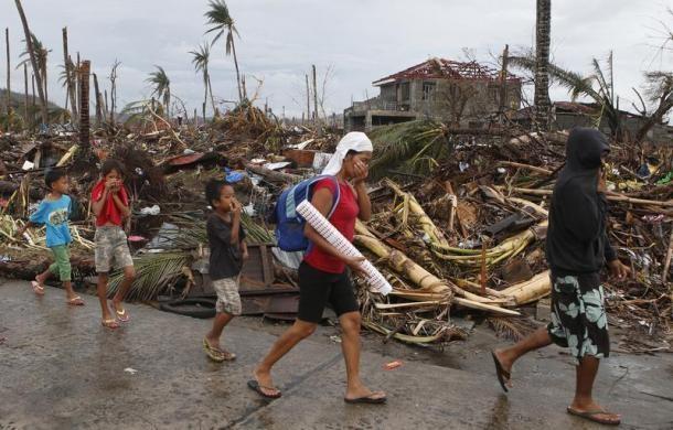 Hàng ngàn trẻ em vùng bão Philippines đổ ra đường xin ăn trong đói khát 9