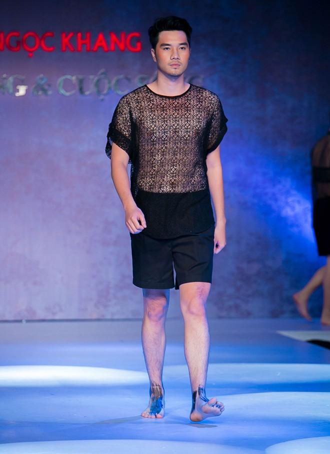 Phát hoảng với mẫu nam mặc váy ren xuyên thấu lộ nội y phản cảm 12