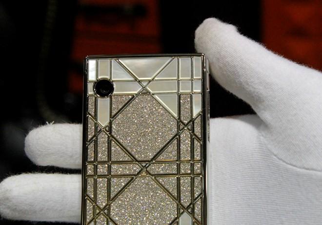 Cận cảnh điện thoại dát kim cương giá hơn 3 tỷ đồng tại Hà Nội 7
