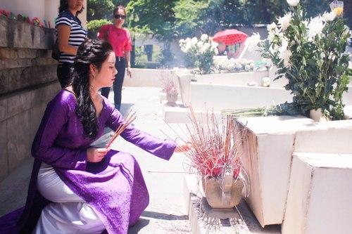 Lý Nhã Kỳ rưng rưng trước mộ các nữ chiến sĩ Ngã ba Đồng Lộc 7