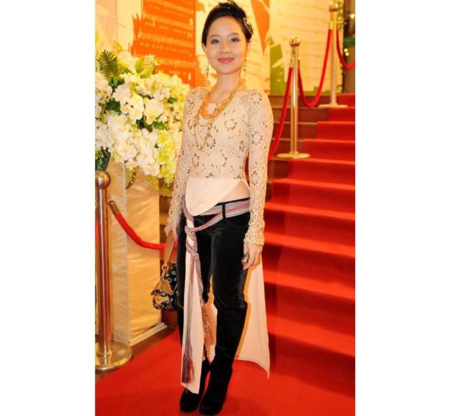 Những bộ áo dài cách tân phản cảm khiến sao Việt bị 'ném đá' 7