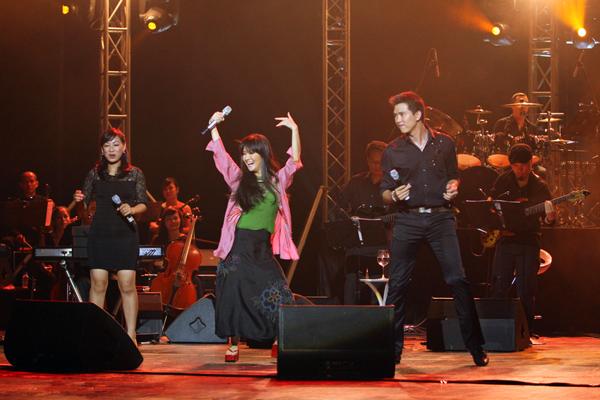 Hồng Nhung mặc váy đụp, hát như nhập đồng 3