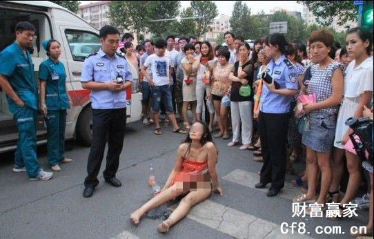 Cô gái khỏa thân ngồi giữa đường cãi nhau với CSGT 1