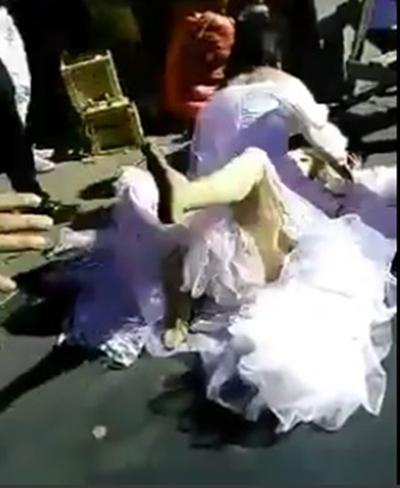 Sốc với clip hai cô dâu đánh nhau trên phố để giành chú rể 2