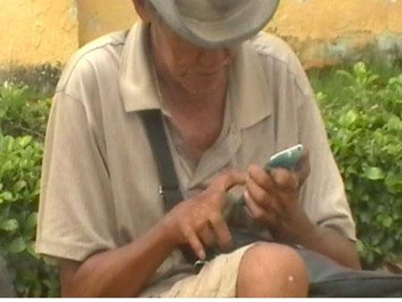 Choáng với ông già ăn xin xài… iPhone 1