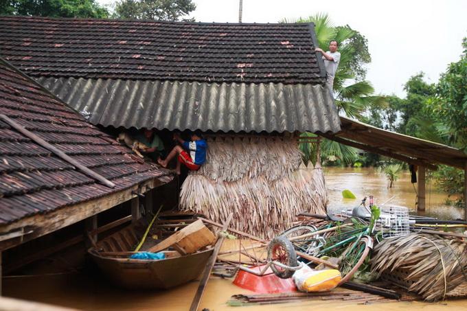 Nước lũ chạm mái nhà, dân Hà Tĩnh đói rét 5