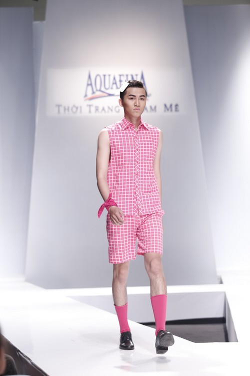 Giật mình mẫu nam Việt mặc vest không quần, diện váy hồng xuyên thấu 11