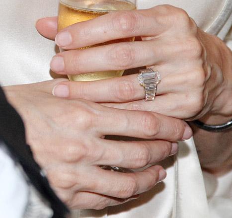 Angelina Jolie đeo nhẫn mới làm rộ tin đồn đã kết hôn 2