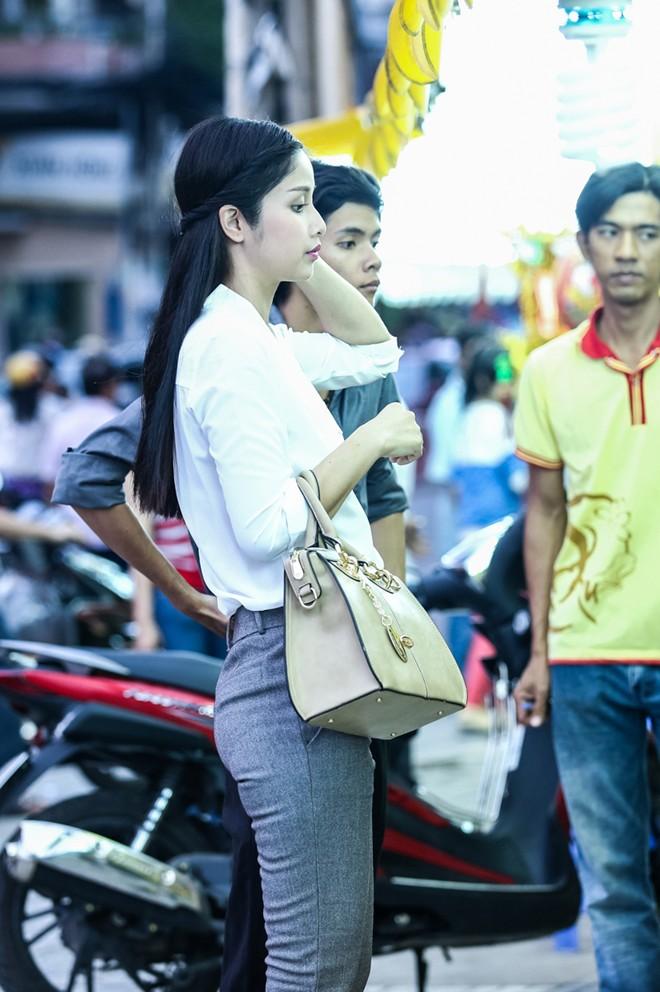 Con gái Phan Thanh Bình tinh nghịch khi được bố mẹ đưa đi mua sắm 6