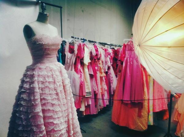 """Sốc với bộ sưu tập 55.000 chiếc váy của """"cụ ông yêu vợ nhất quả đất"""" 3"""