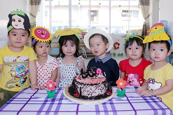 Con trai Lý Hải đòi hôn bạn gái cùng lớp trong sinh nhật 2 tuổi 5