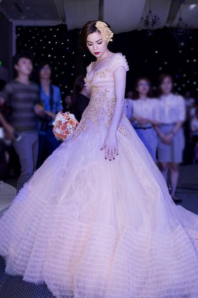 Chú rể Trấn Thành hạnh phúc bên cô dâu gợi cảm Hồ Ngọc Hà 2