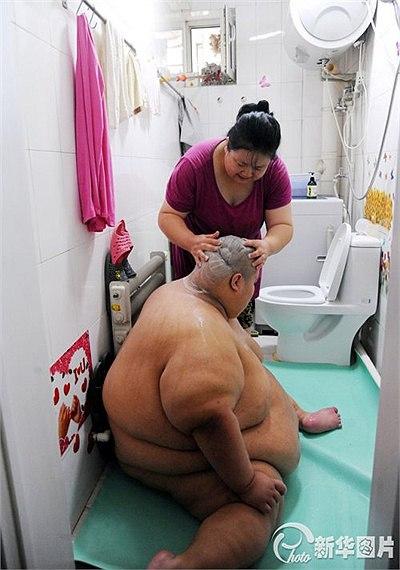 Mỗi khi đi tắm phải nhờ nhân viên cứu hộ khiêng 7