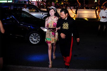 Ông Tưng đưa đón Bà Tưng bằng xe sang gây náo loạn 5