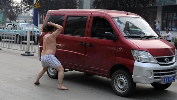 Những màn khỏa thân trên đường gây chú ý 6