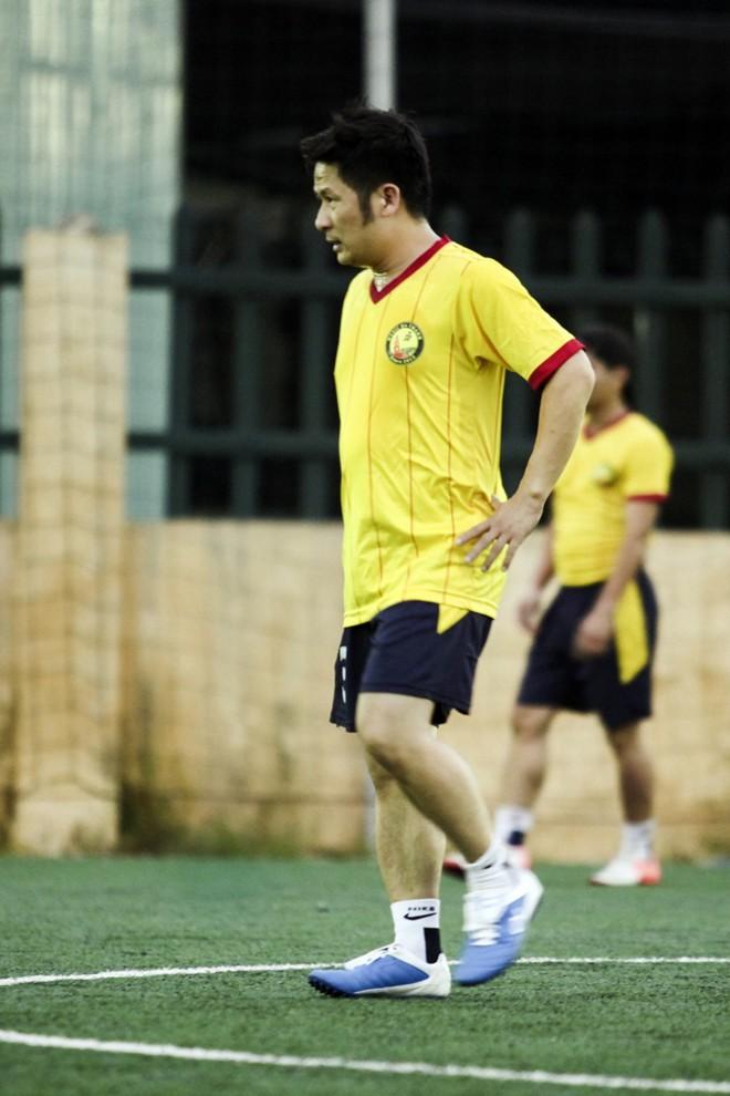 Vừa về đến Việt Nam, Bằng Kiều đã đối đầu Tuấn Hưng trên sân bóng 9