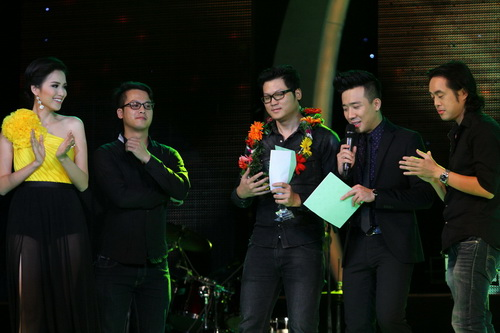 Cao Thái Sơn khiến khán giả 'nổi da gà' khi chụm đầu ôm eo 'bạn trai' trên sân khấu 13