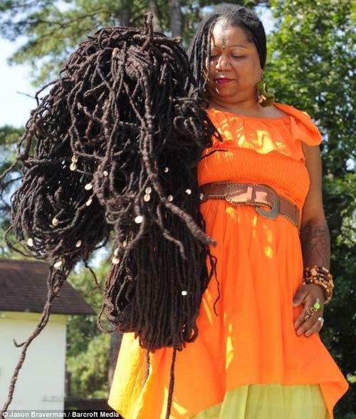 Người phụ nữ phải mất 2 ngày để gội đầu và lau khô tóc 2