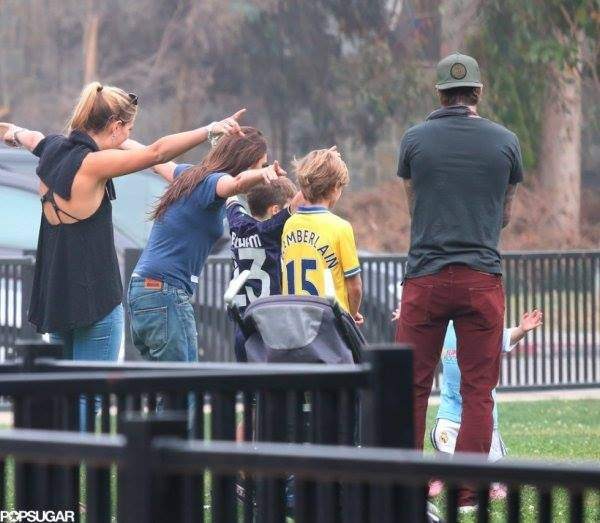"""Công chúa nhà Beckham diện """"quần đùi, áo phông"""" đá bóng như bố 8"""