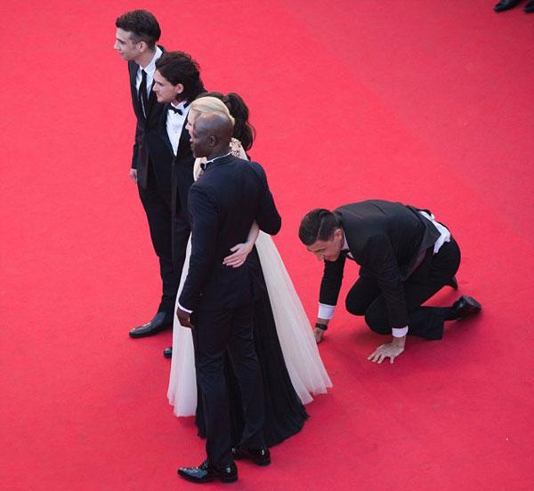Nhà báo gây sốc khi chui vào váy ngôi sao 'Cô gái xấu xí' 1