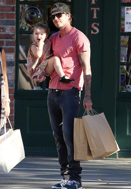 """Sốt ảnh Beckham """"khóa môi"""" con gái cưng giữa phố 7"""