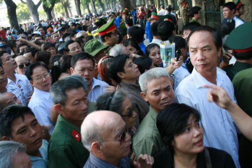 Hàng vạn người đổ về viếng Đại tướng Võ Nguyên Giáp 7