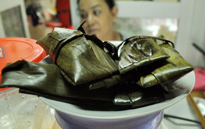 Bánh căn, chè chuối nướng ngon lạ ở vỉa hè Nguyễn Như Đổ 10