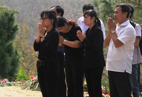 Dân Quảng Bình về thắp hương trên mộ tướng Giáp 5