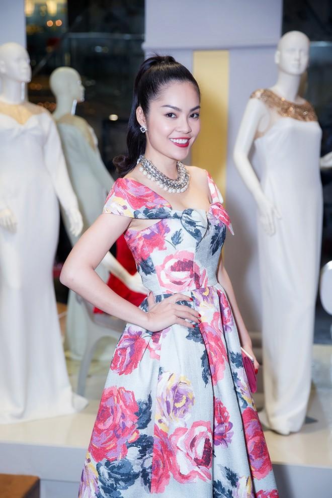 Minh Hằng váy hở táo bạo đi dự tiệc cuối năm của Lý Nhã Kỳ 9
